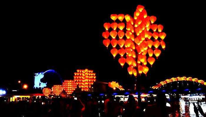 The love tree in the heart is simultaneously the only light source at night of the bridge.  (Source: danang.dulichvietnam)