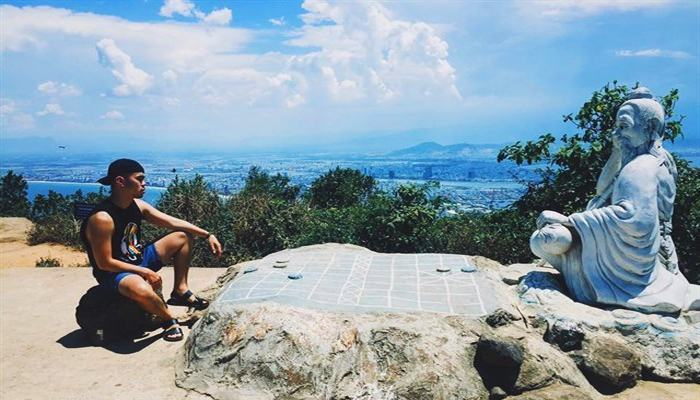 The old man sitting at the top of Son Tra sat playing chess for many years waiting for him to try together.  (Source: vietliketravel @ ins)